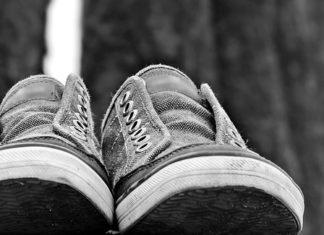Sneakersy na koturnie - chwilowa moda, czy styl?