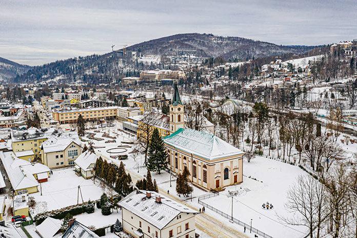 Miasto Wisła – apartamenty, kościół i inne zabudowania w zimowej scenerii