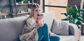 Dziewczyna zajada stres słodyczami